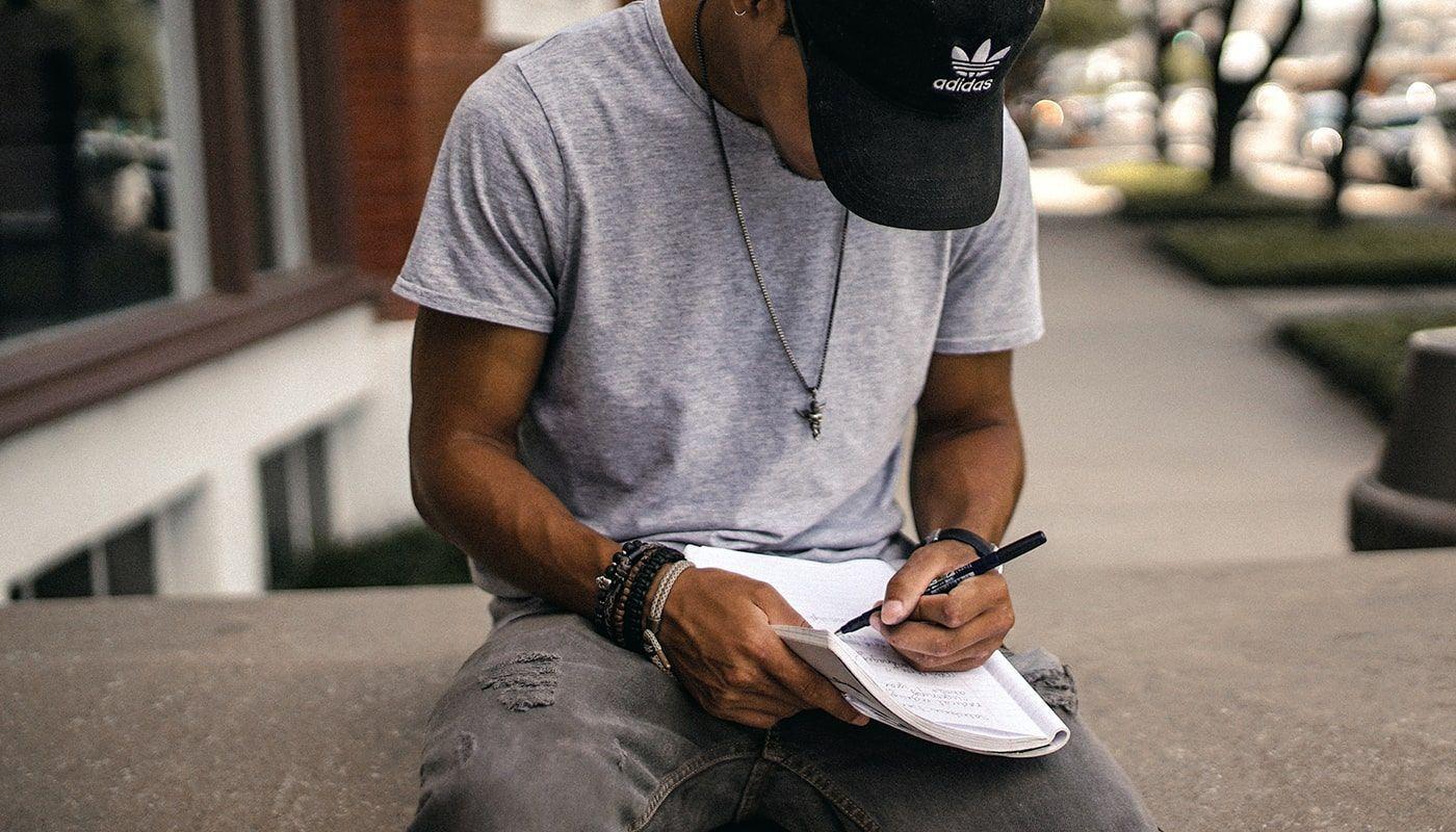 hombre escribiendo relatos